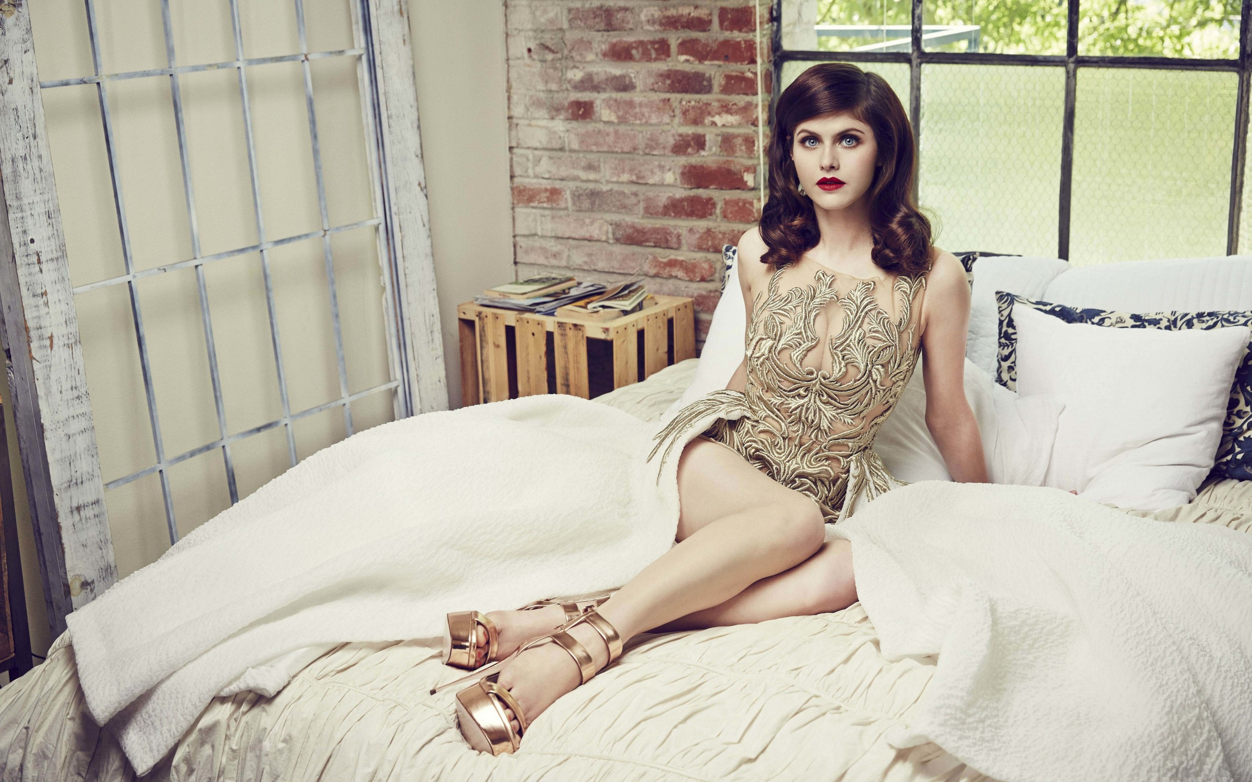 Alexandra Daddario Posing Wallpaper for Desktop 2560x1600