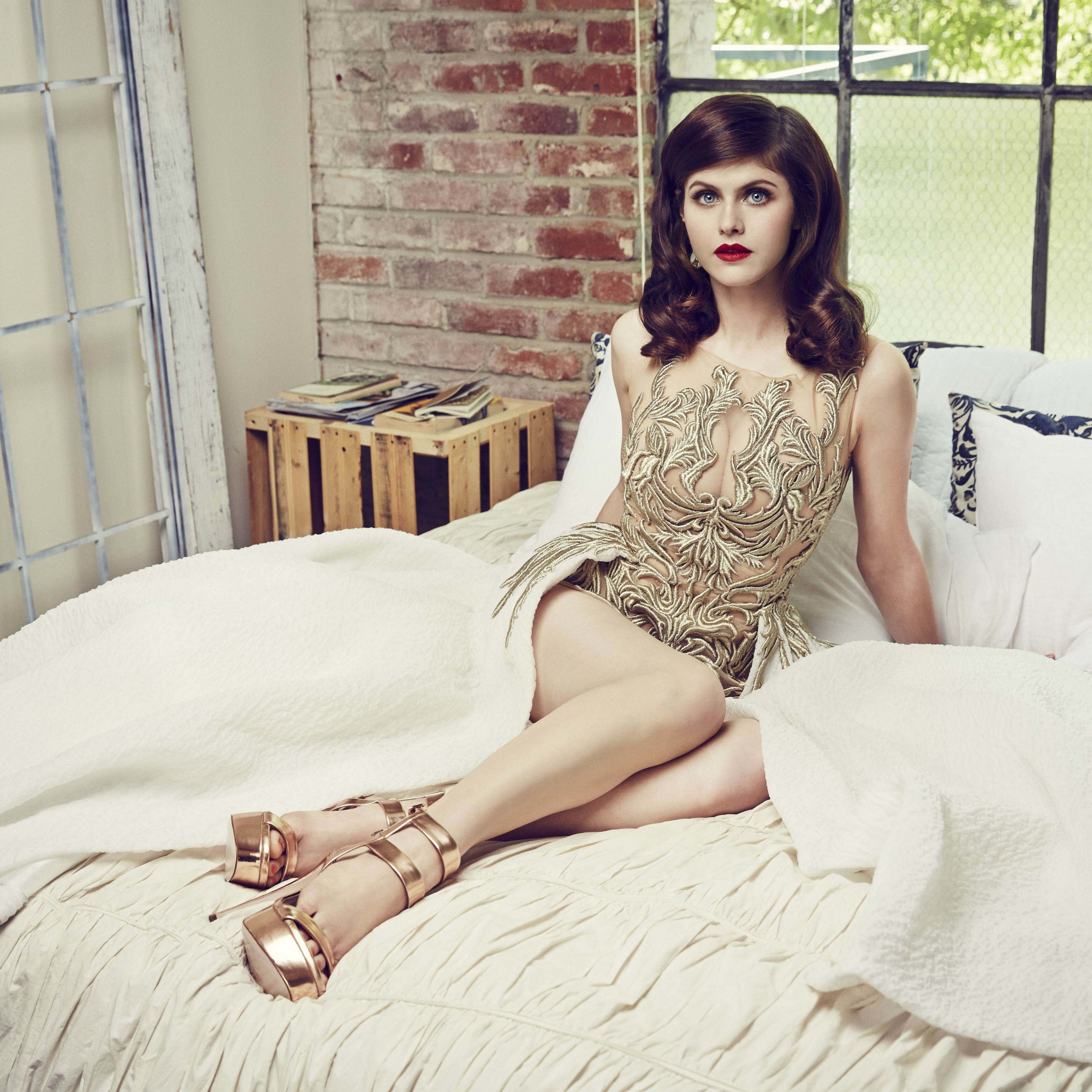 Alexandra Daddario Posing Wallpaper for Apple iPad 4