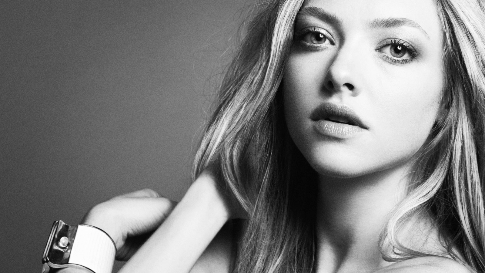 Amanda Seyfried Black & White Portrait Wallpaper for Desktop 1600x900