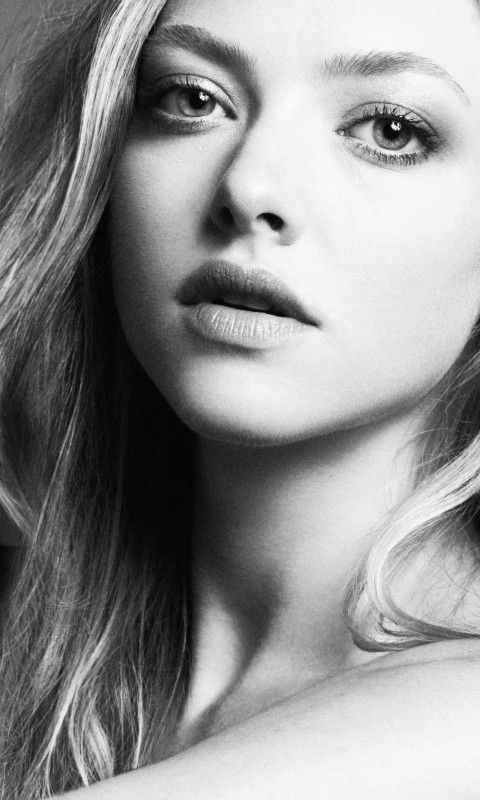 Amanda Seyfried Black & White Portrait Wallpaper for HTC Desire HD