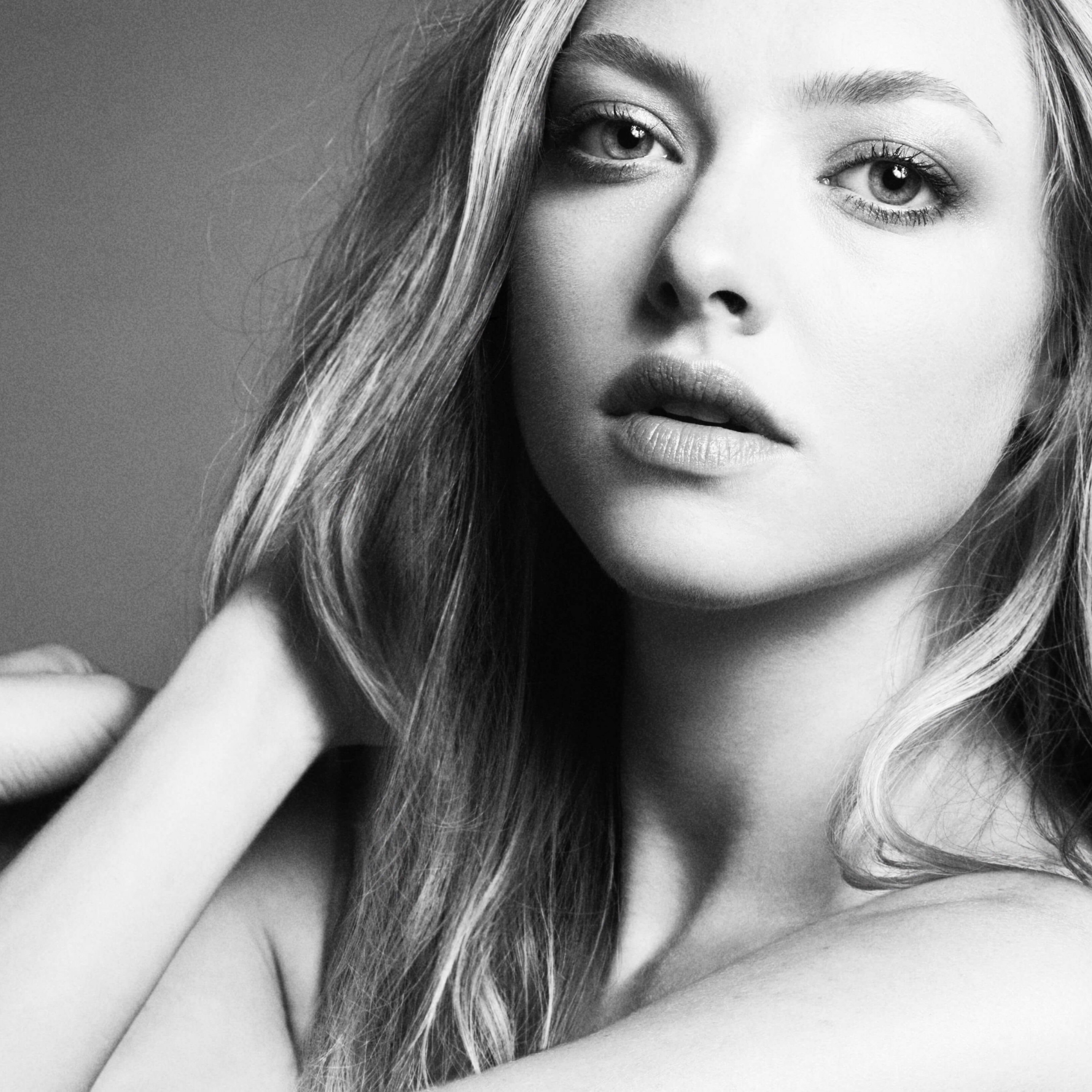 Amanda Seyfried Black & White Portrait Wallpaper for Apple iPad 3