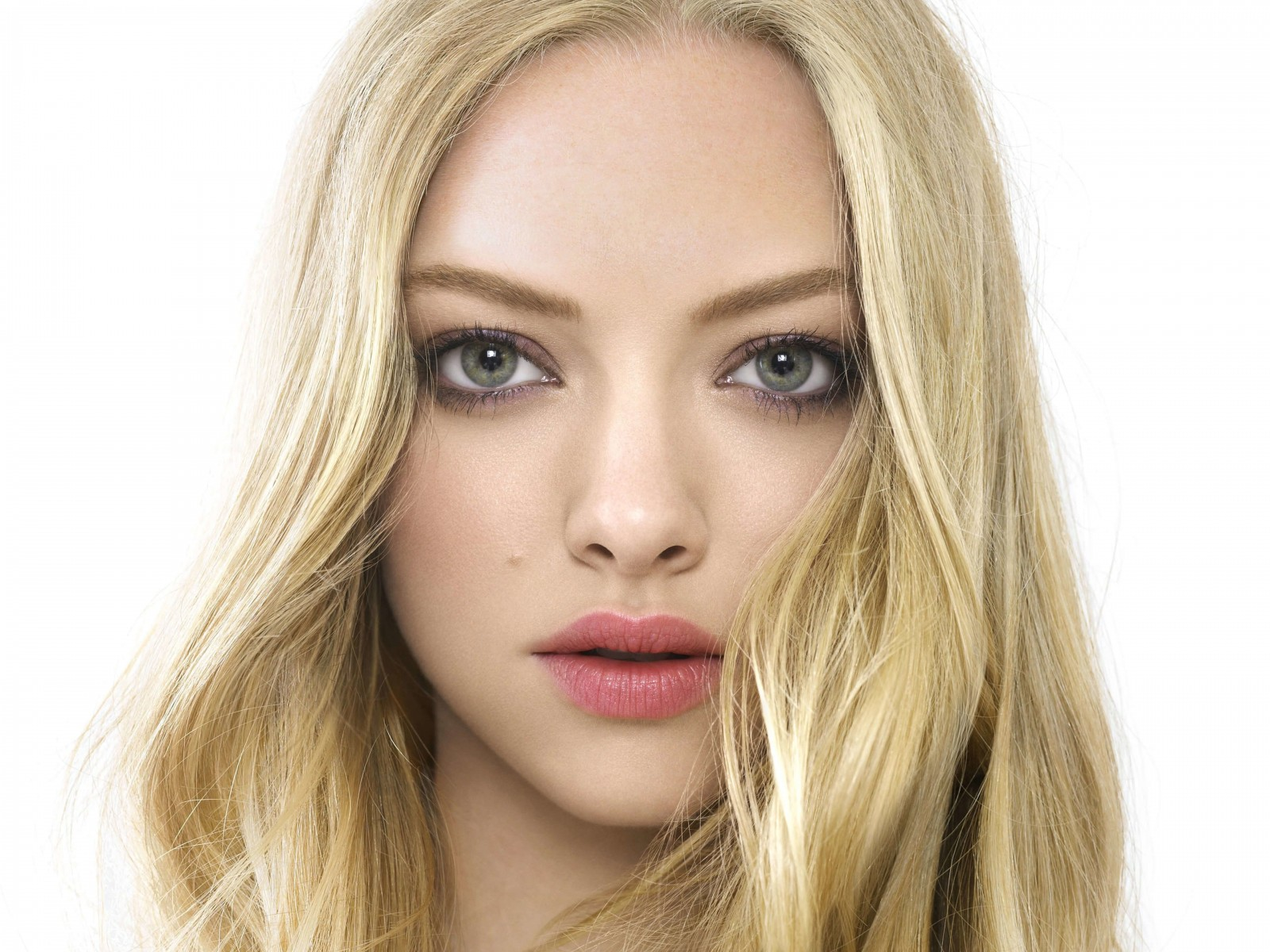 Amanda Seyfried Portrait Wallpaper for Desktop 1600x1200