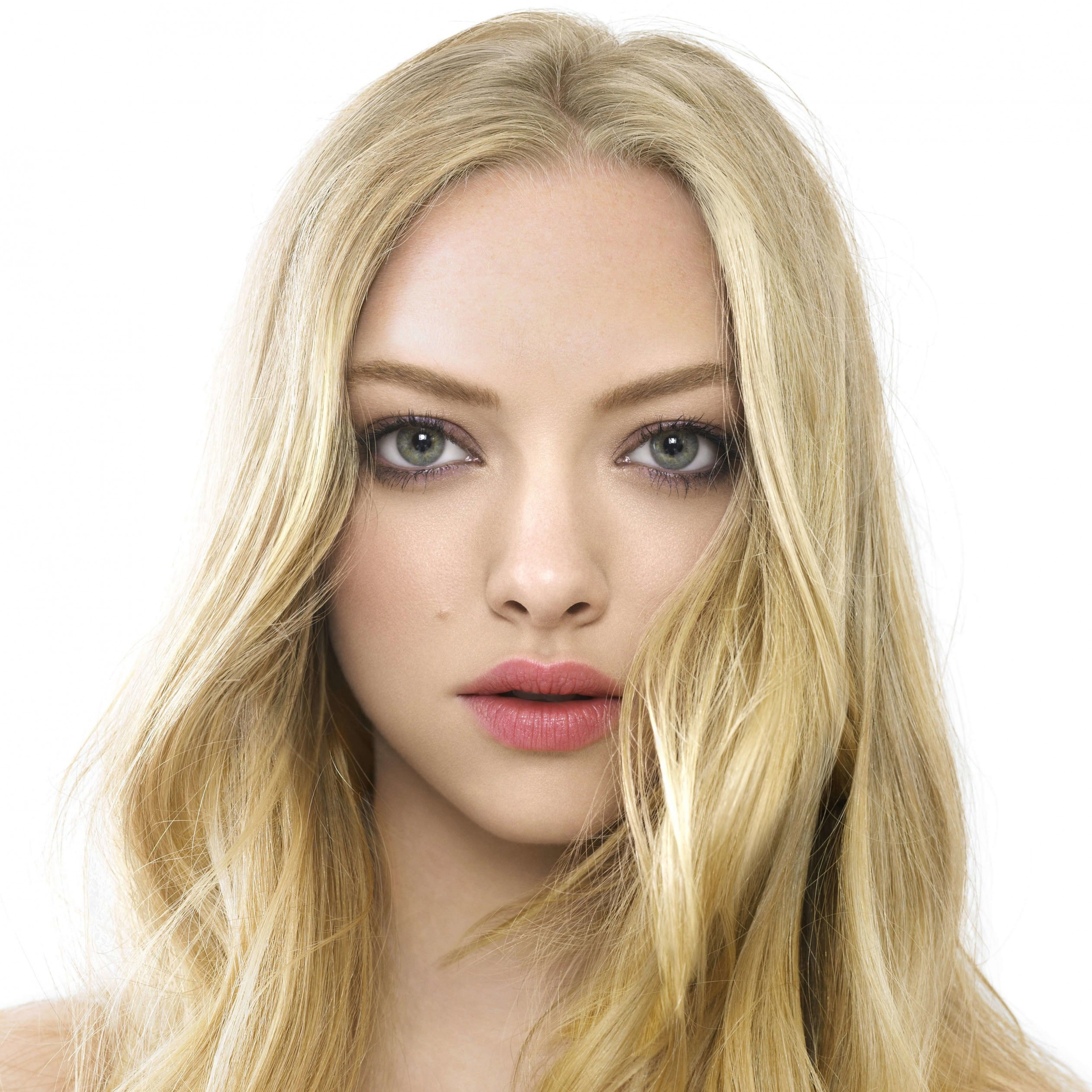 Amanda Seyfried Portrait Wallpaper for Apple iPad 3