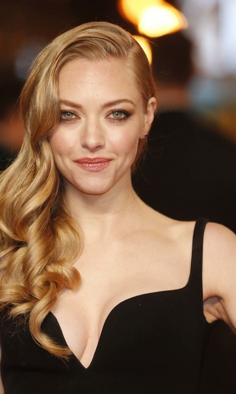Amanda Seyfried Wallpaper for HTC Desire HD