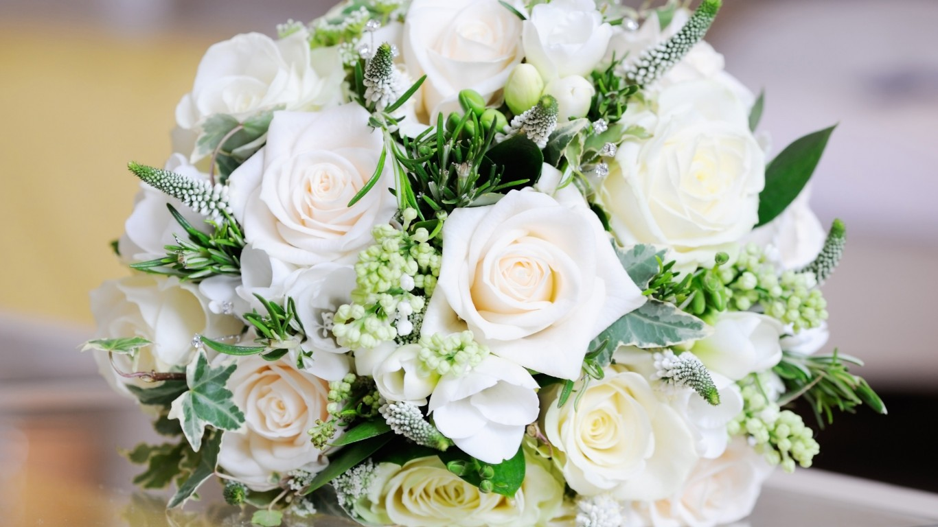 Beautiful White Roses Bouquet Wallpaper for Desktop 1366x768