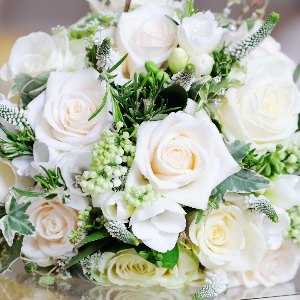 Beautiful White Roses Bouquet Wallpaper for Apple iPad