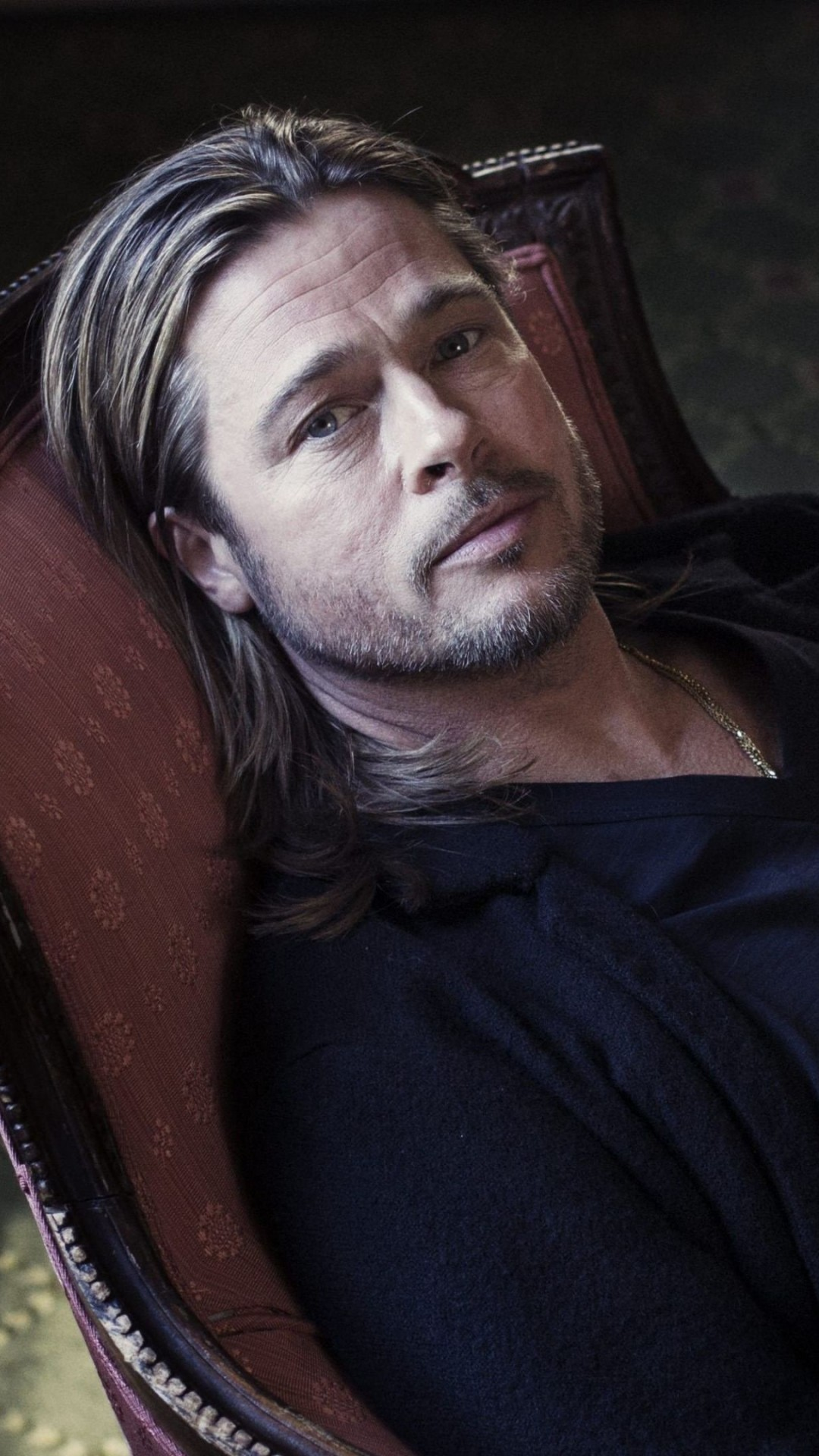 Brad Pitt Sitting On Chair Wallpaper for SAMSUNG Galaxy S5