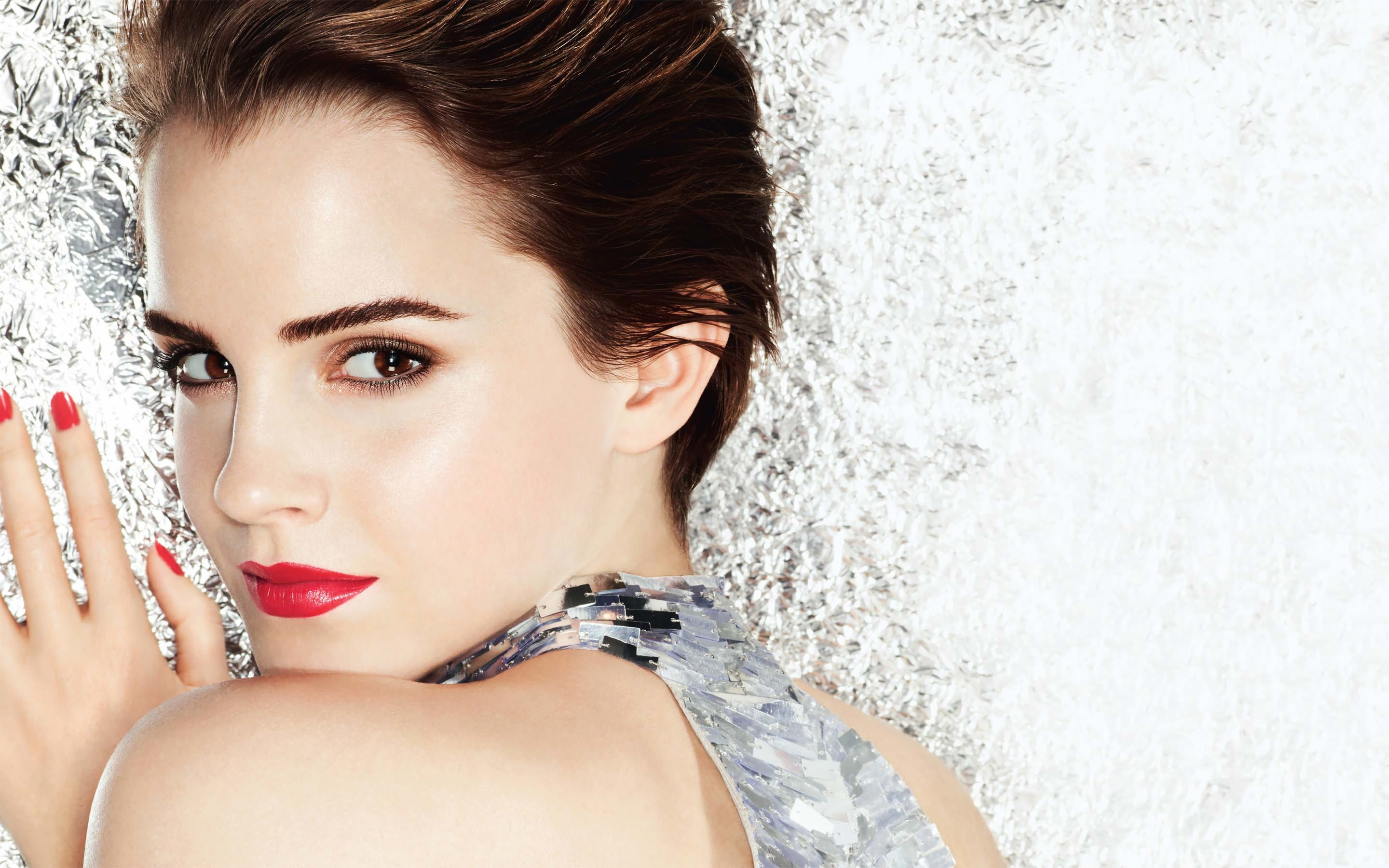 Emma Watson Posing Wallpaper for Desktop 2880x1800