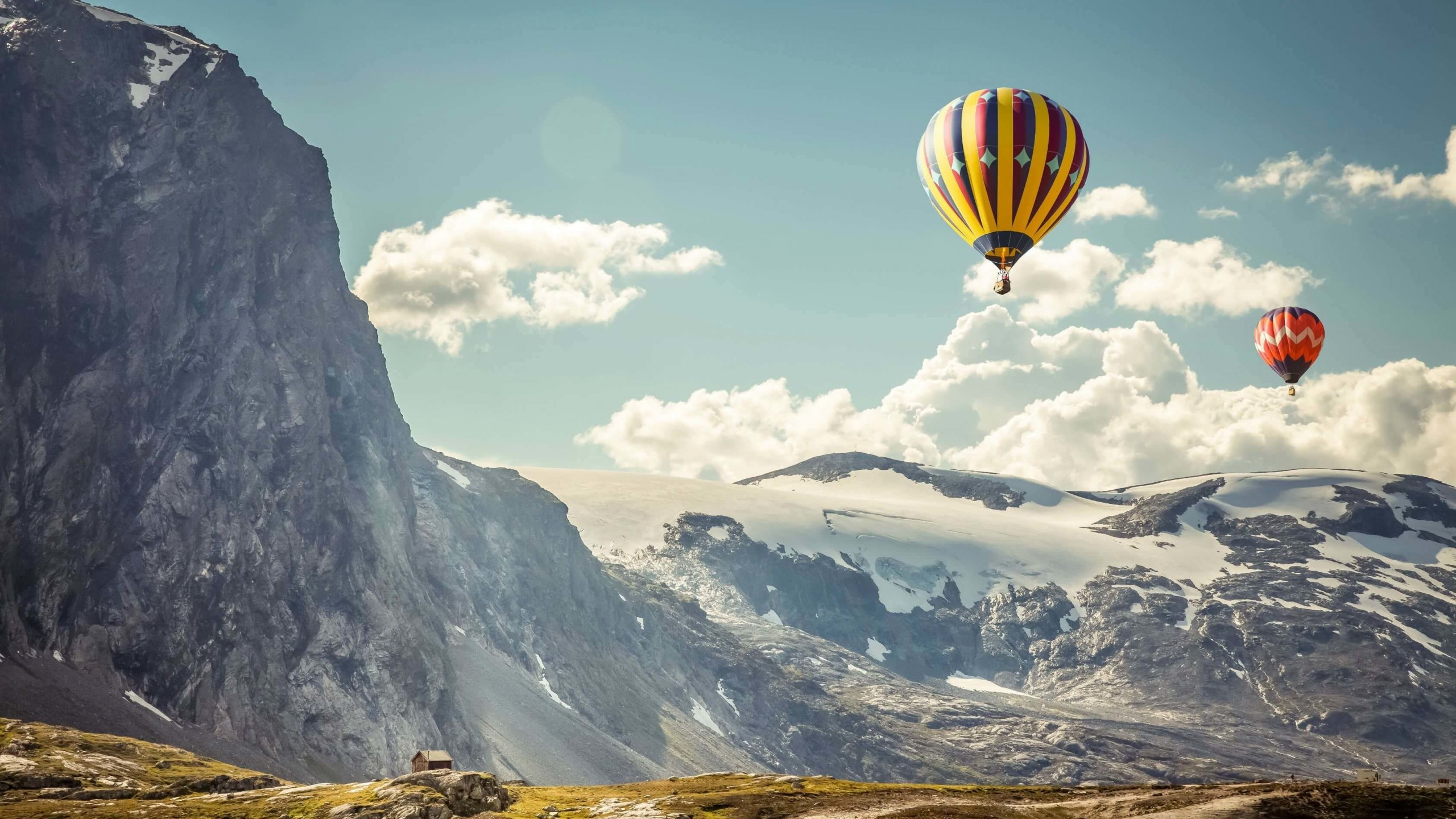 Hot Air Balloon Over the Mountain Wallpaper for Desktop 2560x1440