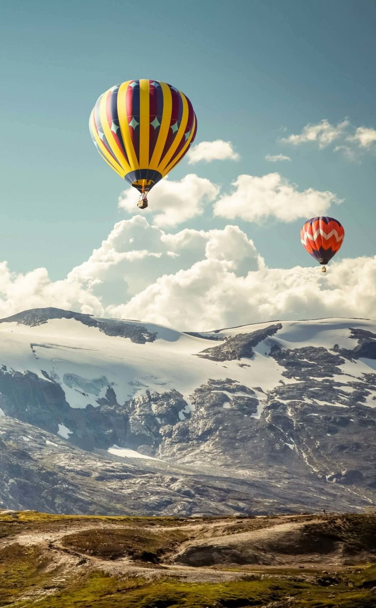 Hot Air Balloon Over the Mountain Wallpaper for Apple iPhone 4 / 4s