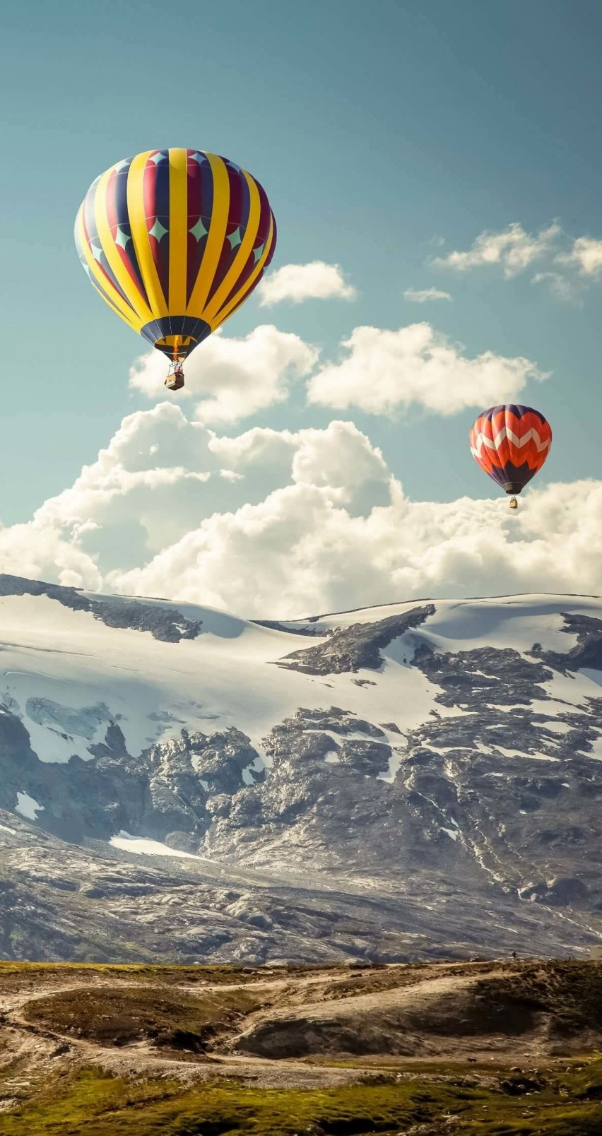 Hot Air Balloon Over the Mountain Wallpaper for Apple iPhone 6 / 6s