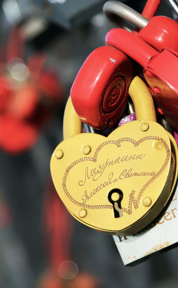 Love Lock Wallpaper for Apple iPhone 4 / 4s