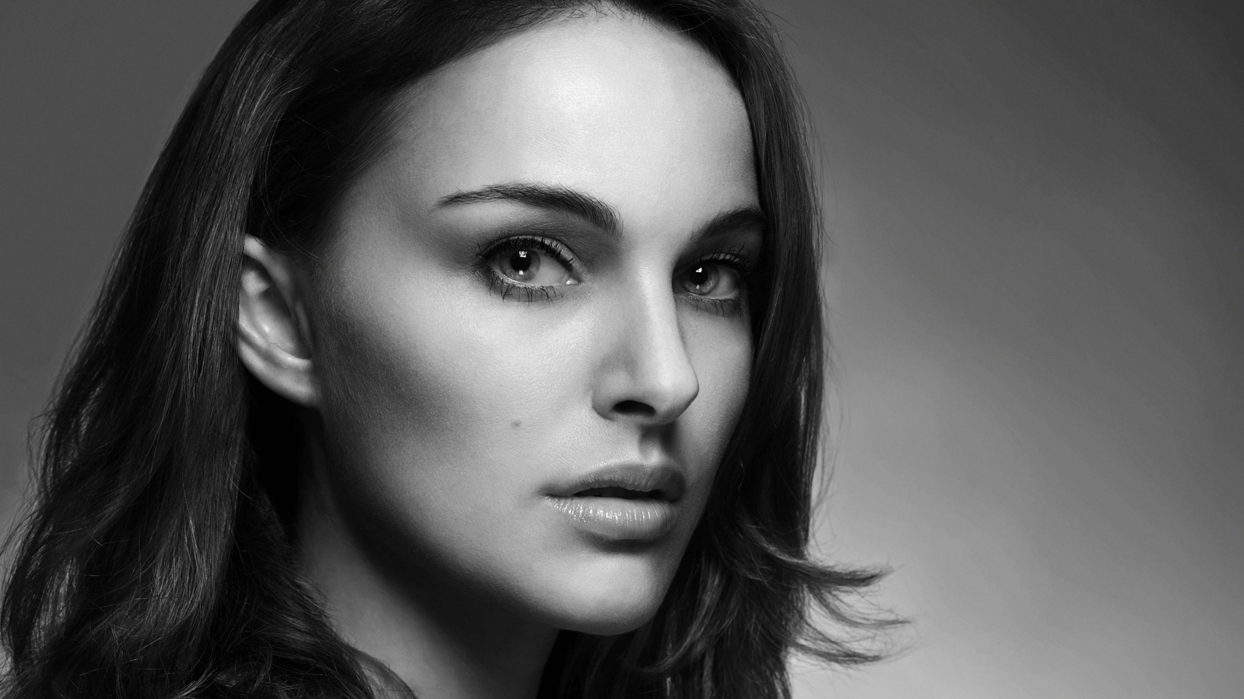 Natalie Portman in Black & White Wallpaper for Desktop 2560x1440