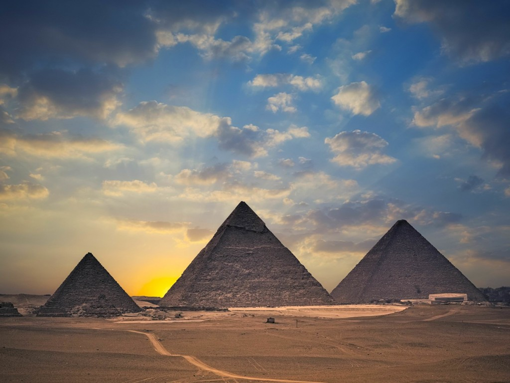 The Great Pyramids of Giza Wallpaper for Desktop 1024x768