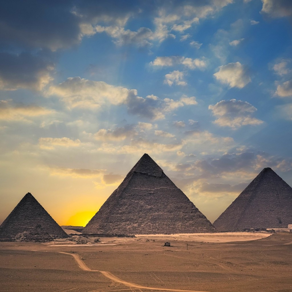 The Great Pyramids of Giza Wallpaper for Apple iPad 2