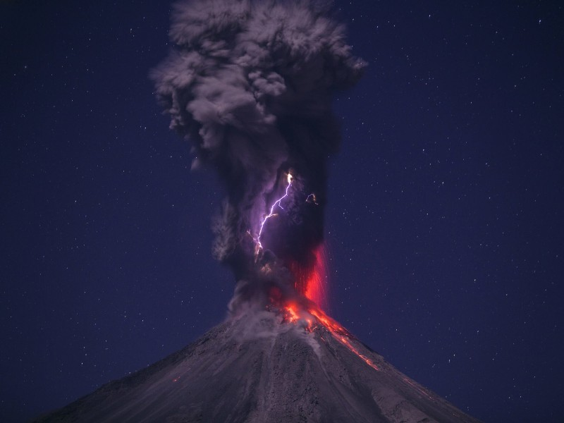Volcanic Lightning Wallpaper for Desktop 800x600