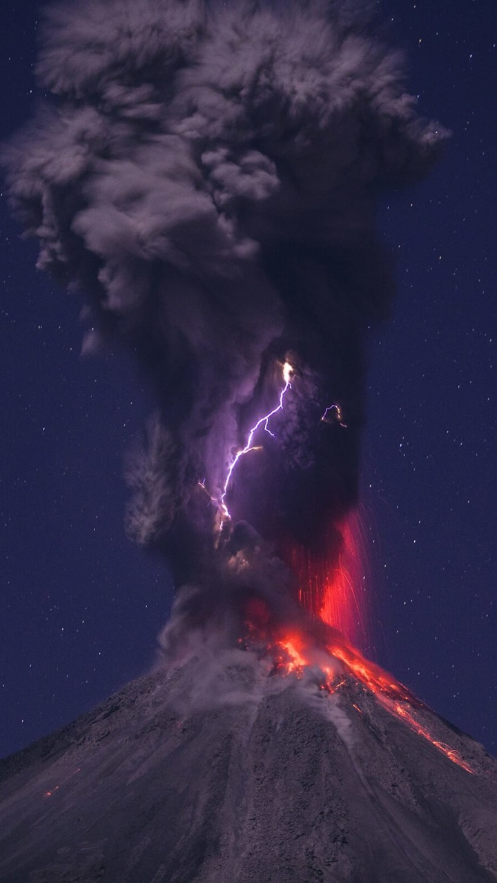 Volcanic Lightning Wallpaper for SAMSUNG Galaxy S3
